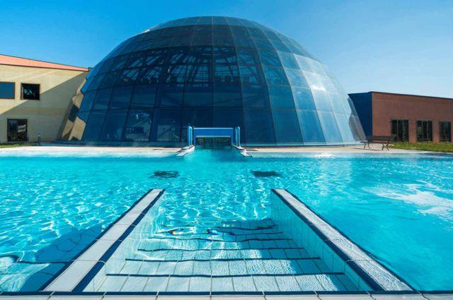 cupula di vetro davanti a una piscina