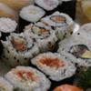 pesce crudo, bocconcini di sushi, riso e pesce