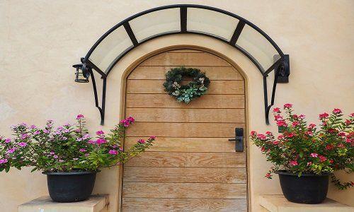 una porta d'ingresso in legno chiaro