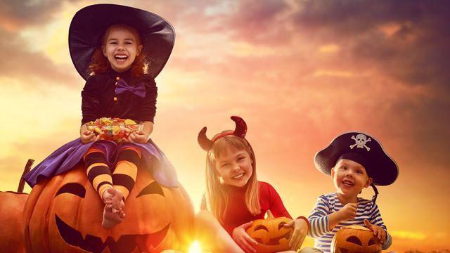 bambini vestiti con costumi da Halloween