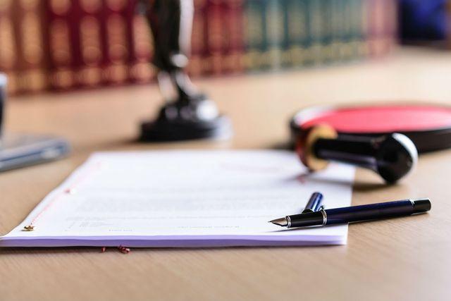 Documento, penna, ceralacca e sigillo