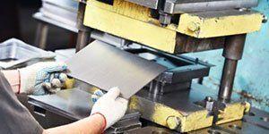 stampaggio di una lamiera in metallo