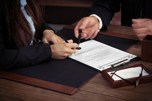 due persone che effettuano una consulenza legale