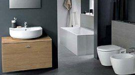 Elegante e moderno bagno di colore grigio con gli elementi di colore bianco e con mobili di legno