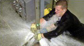 Operatore contenenti la fuga di massa di acqua di una tubazione rota