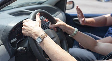 Imparare a guidare una macchina con un istruttore di guida