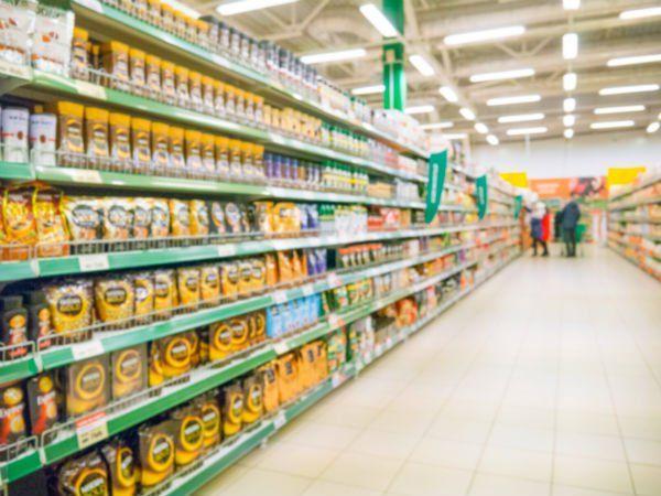 degli scaffali con confezioni di caffè' in un supermercato