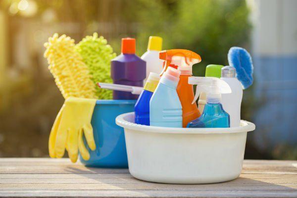 una bacinella di plastica con dei prodotti per pulizia