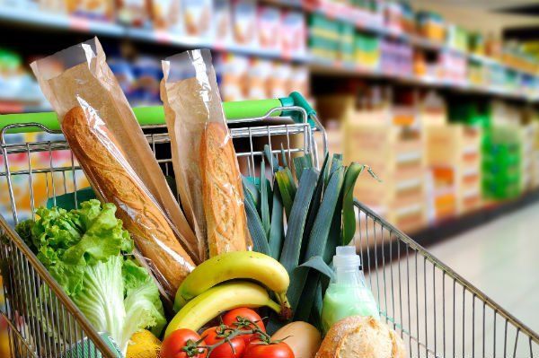 un carrello di spesa in un supermercato