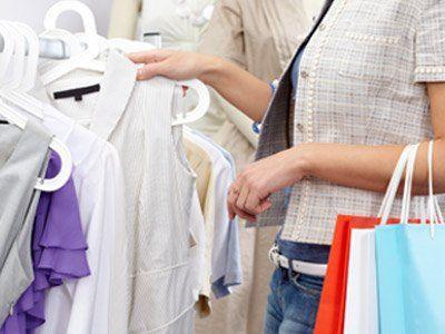 Donna sceglie i vestiti al negozio Giudici Boutique a Rho