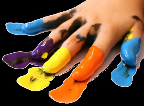 delle mani con le dita sporche di vernice di diversi colori