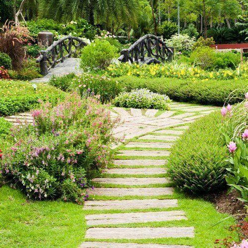sentieri in mezzo a un giardino
