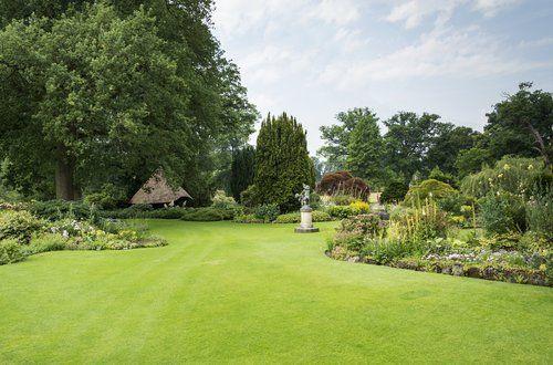 giardino ben curato con fontana al centro