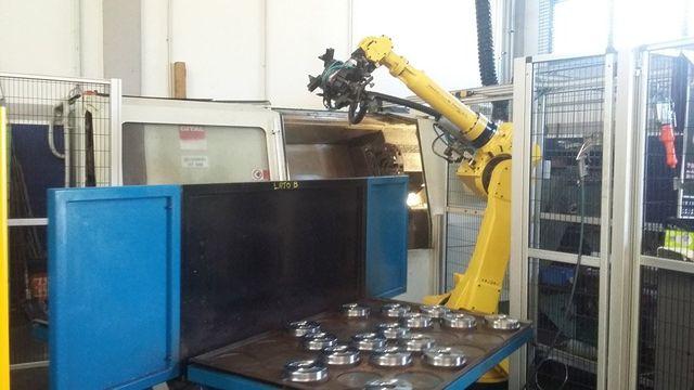 macchina tornitura con braccio robotizzato