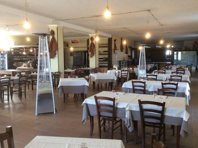 dei tavoli all'interno di un ristorante