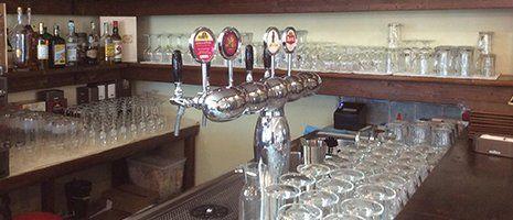 angolo enoteca e dei rubinetti per la birra alla spina