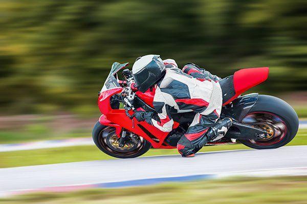 Moto volando in una curva a grande velocità ma sicura grazie al lavoro della nostra compagnia