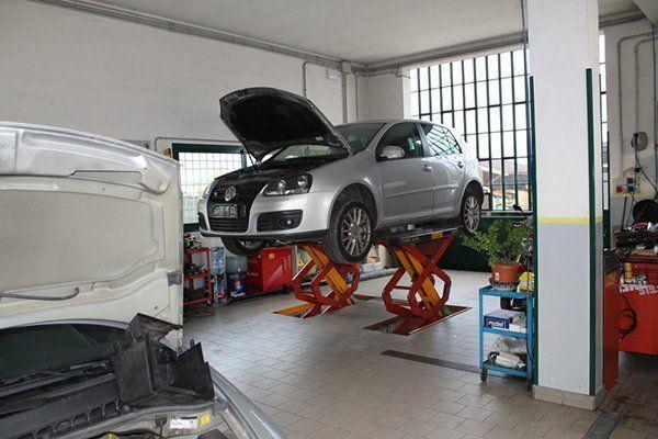 automobile in fase di riparazione