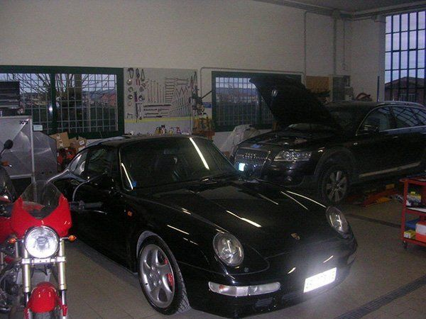 automobile all'interno dell'officina
