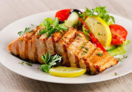 piatto di salmone grigliato