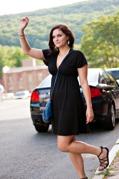 donna con vestito nero