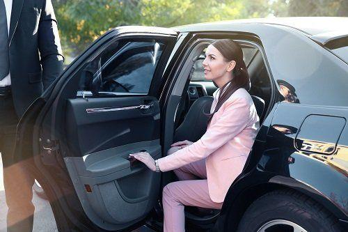 donna in auto con portiera aperta