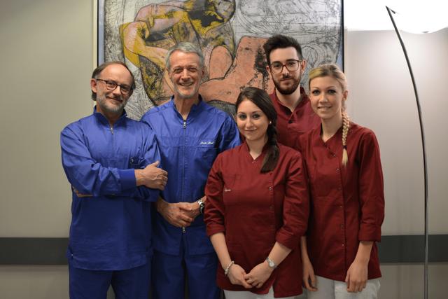 dentisti e assistenti alla poltrona