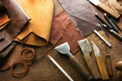 Pezzi di pelle e gli strumenti necessari per lavorarla e a trasformarla in opere d'arte