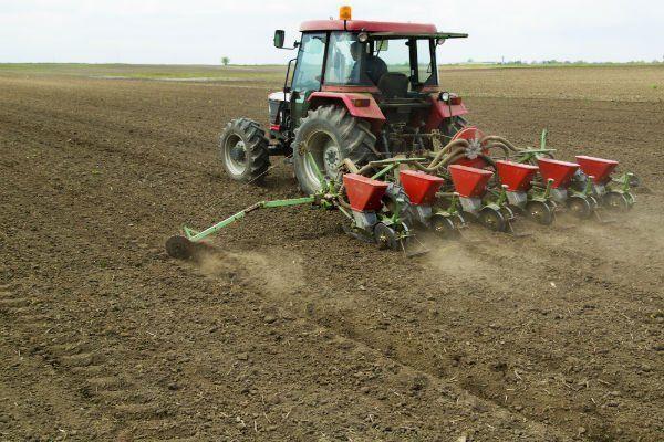 un trattore su un terreno