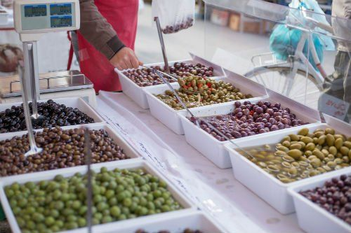 Vassoi con diversi tipi di olive