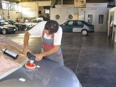 Lavorando nel cofani dell'automobile