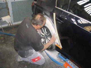 Riparando la carrozzeria dell'automobile
