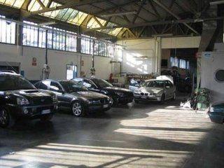 Auto sperando nel workshop