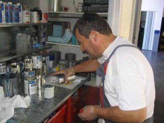 Meccanico preparando un liquido