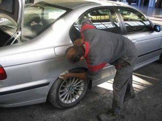 Operatore ripulendo il auto