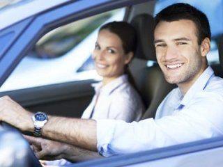 Coppia sorridendo dall'interno dell'automobile