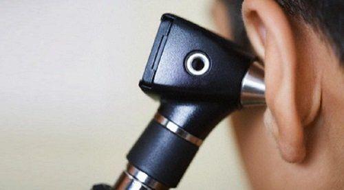 un apparecchio otorinolaringoiatrico in un orecchio di un uomo