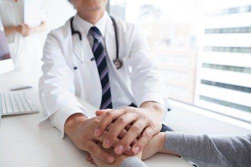 un medico che tiene le mani di una donna