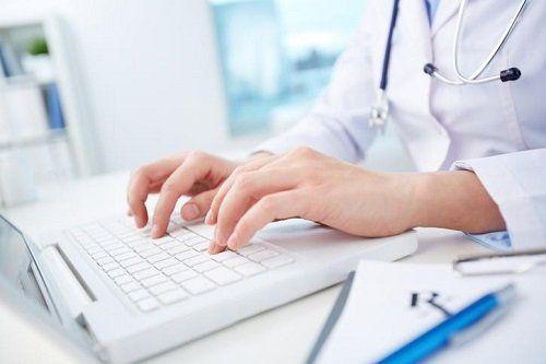 Dottoressa mentre scrive su un computer