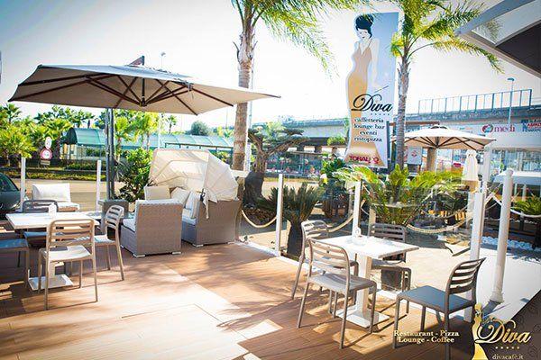 dei ombrelloni e dei tavoli in una terrazza