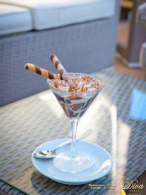 un dolce servito in un bicchiere di cocktail