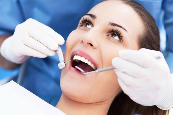 Lavorando la bocca di una paziente