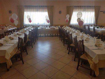 vista dei tavoli all'interno del ristorante durante una festa