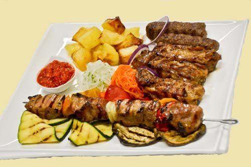 grigliata di carne con contorno di verdure