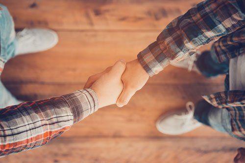 persone si stringono la mano