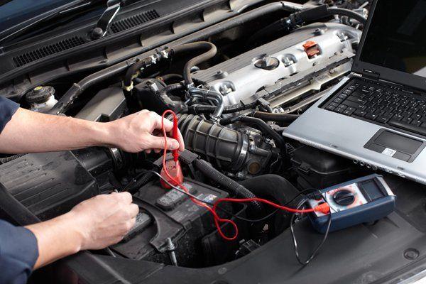 meccanico impegnato nell'assistenza su un motore
