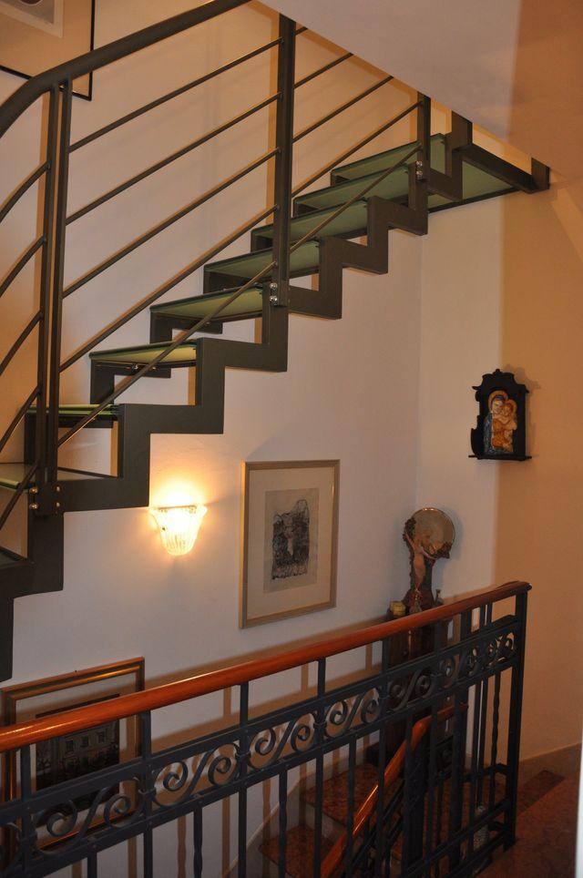 rampe di scale con ringhiere bianche