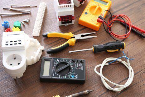 diverse utensili elettrici su tavolo di legno