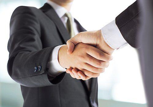 stretta di mano tra uomini d affari