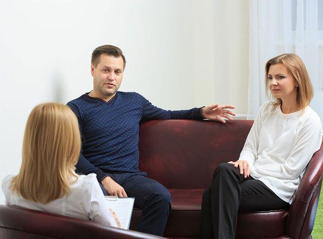 La specialista udendo alla coppia seduta sul fronte